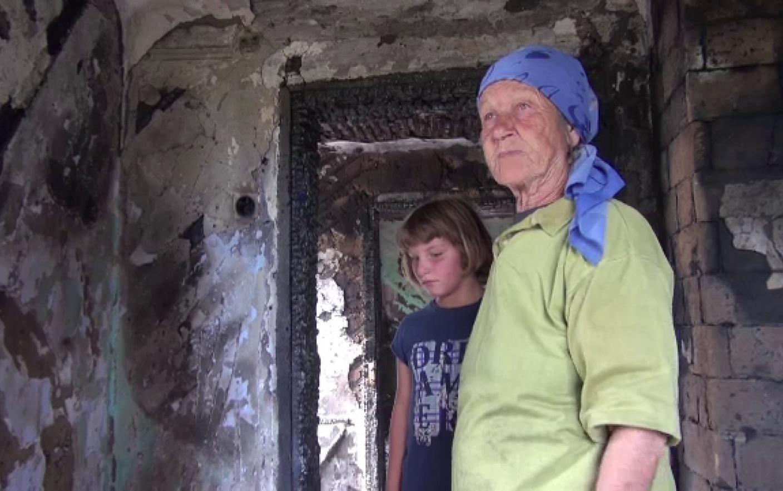 """Oamenii au sărit în ajutorul bunicii cu doi nepoți cărora le-a ars casa. """"A început să plângă"""""""
