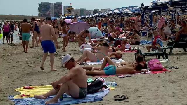 """Zeci de mii de oameni s-au înghesuit pe litoral de Ziua Marinei. """"Toată lumea acum a evadat"""""""