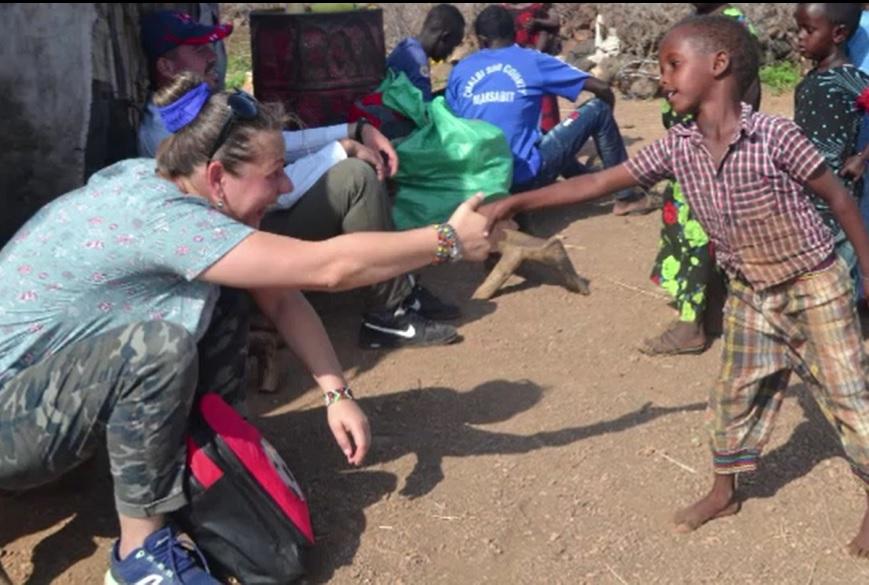 Povestea româncei care a învățat triburile din Kenya să poarte mască și să se spele pe mâini