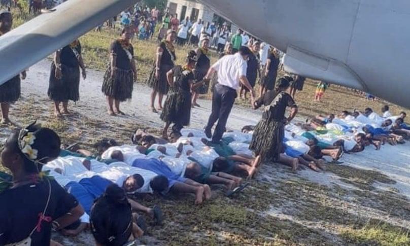 Adevărul din spatele imaginii cu ambasadorul Chinei călcând peste trupurile tinerilor din Kiribati