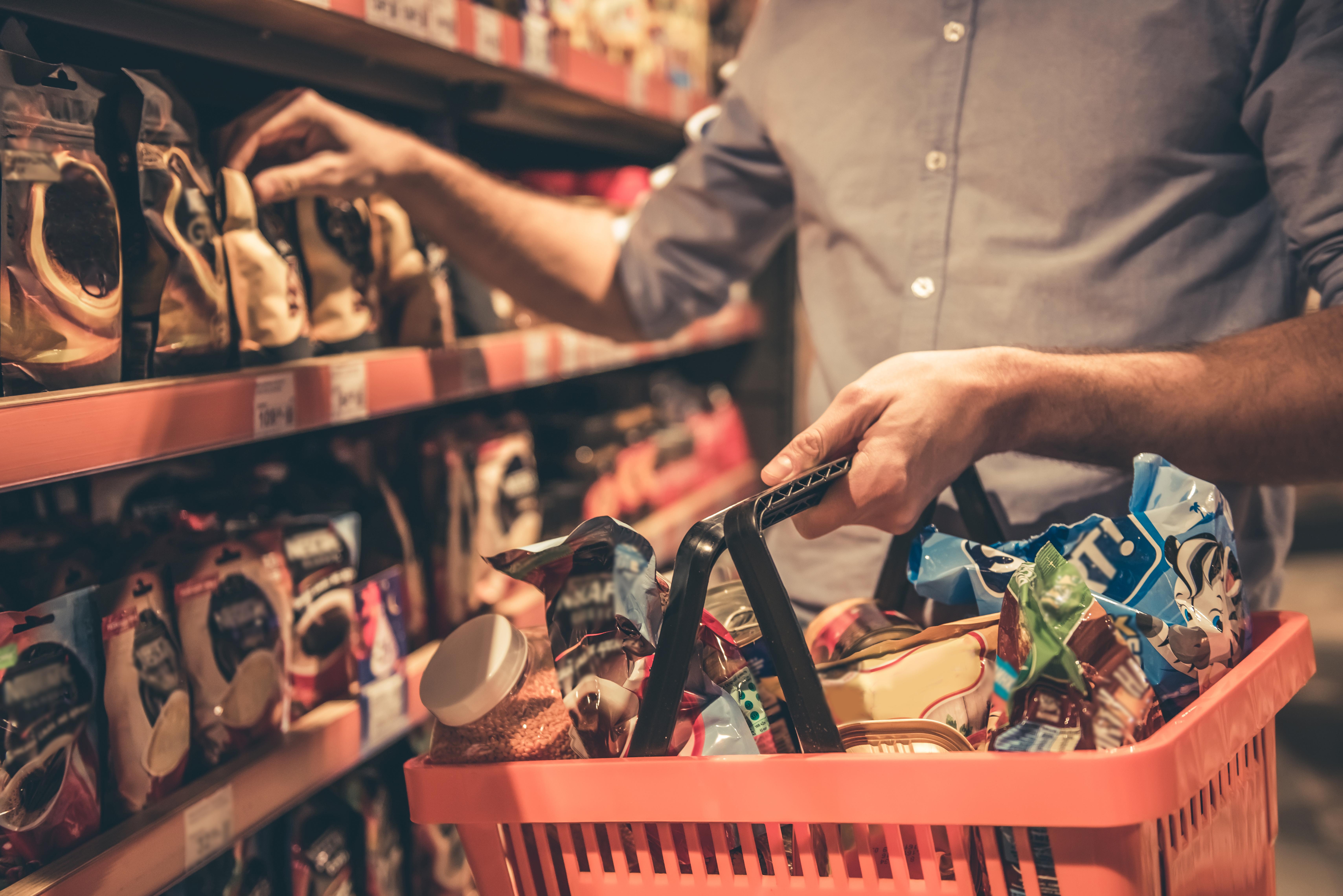 Județul Argeș interzice coșul de cumpărături de mână în supermarketuri, din cauza riscului de transmitere a COVID