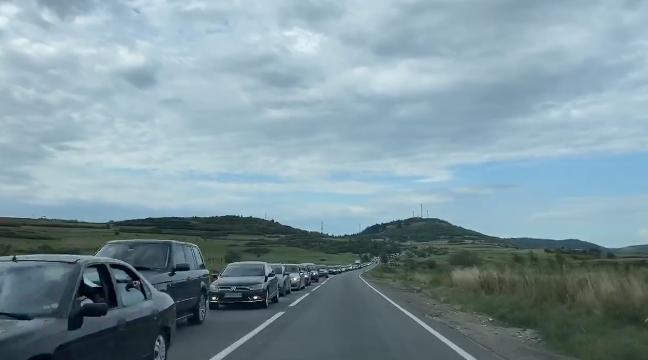 """Coadă uriașă de români încolonați pe Valea Oltului. """"Aşa arată bătaia de joc la adresa noastră!"""""""