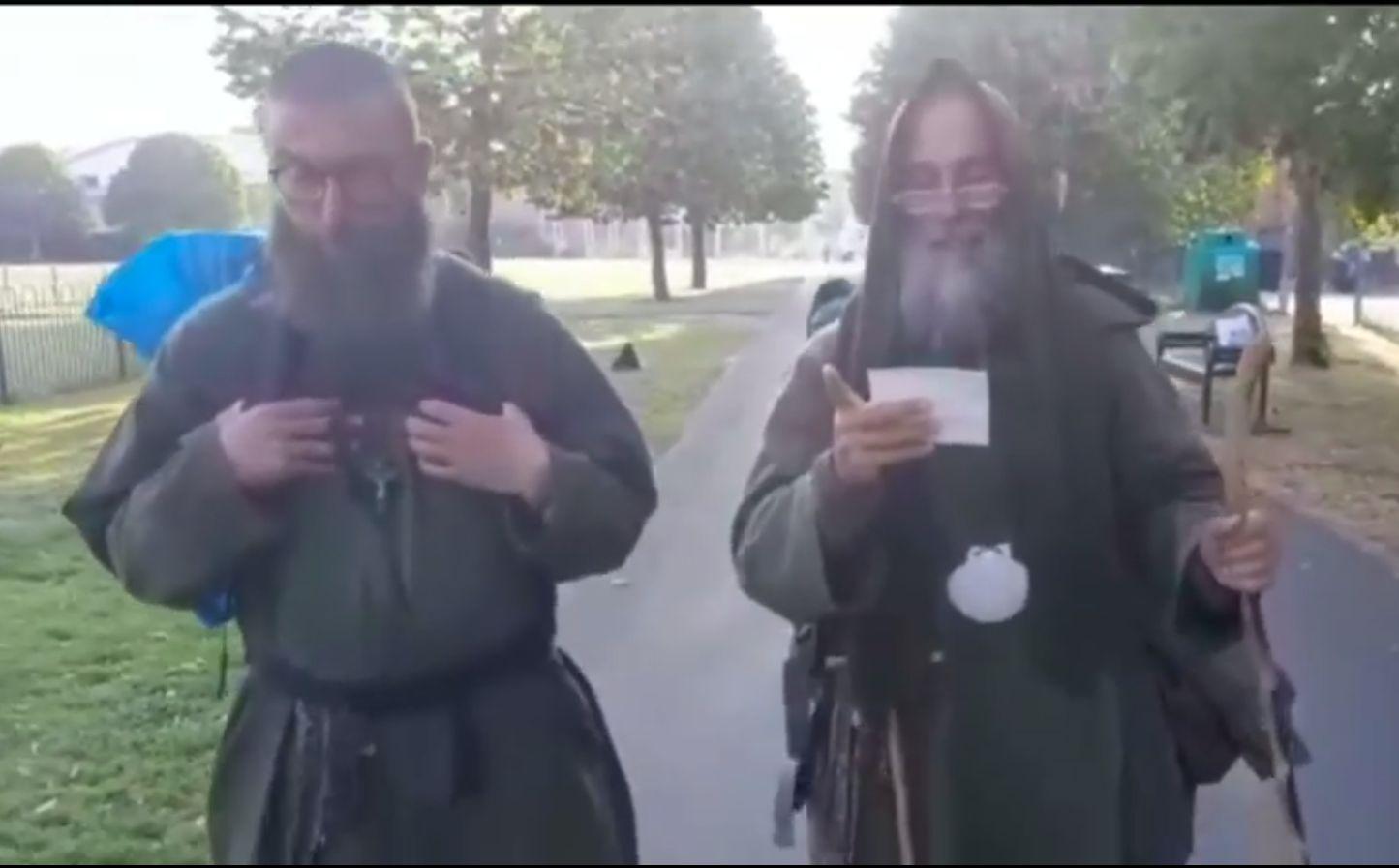 Doi călugări italieni merg de la Londra până în Dublin, pe jos. Ţin post negru și beau numai apă