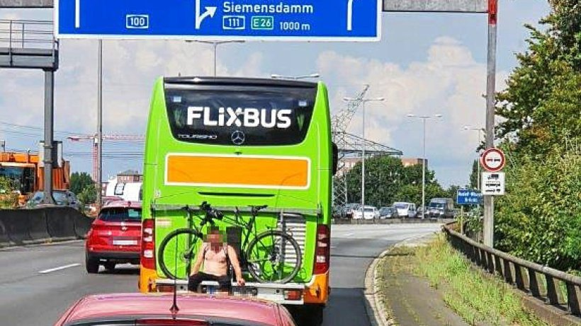 Un român beat și dezbrăcat, reținut în Germania. Stătea pe suportul unei biciclete într-un autocar de pe autostradă