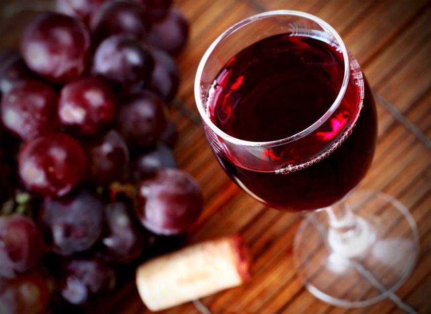 Este sănătos să bei un pahar de vin la masă? Ce arată ultimul studiu al cercetătorilor de la Oxford