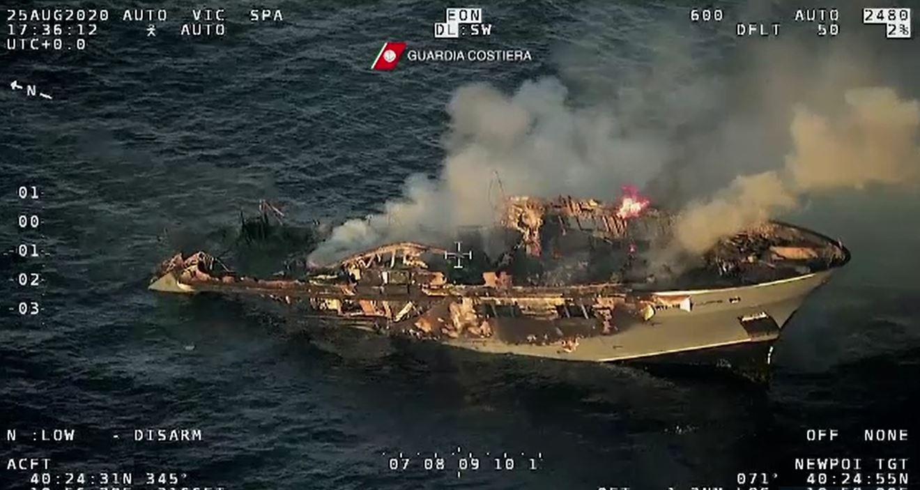 Imagini dramatice cu un iaht mistuit de flăcări în Sardinia. Ce s-a întâmplat cu oamenii aflați la bord