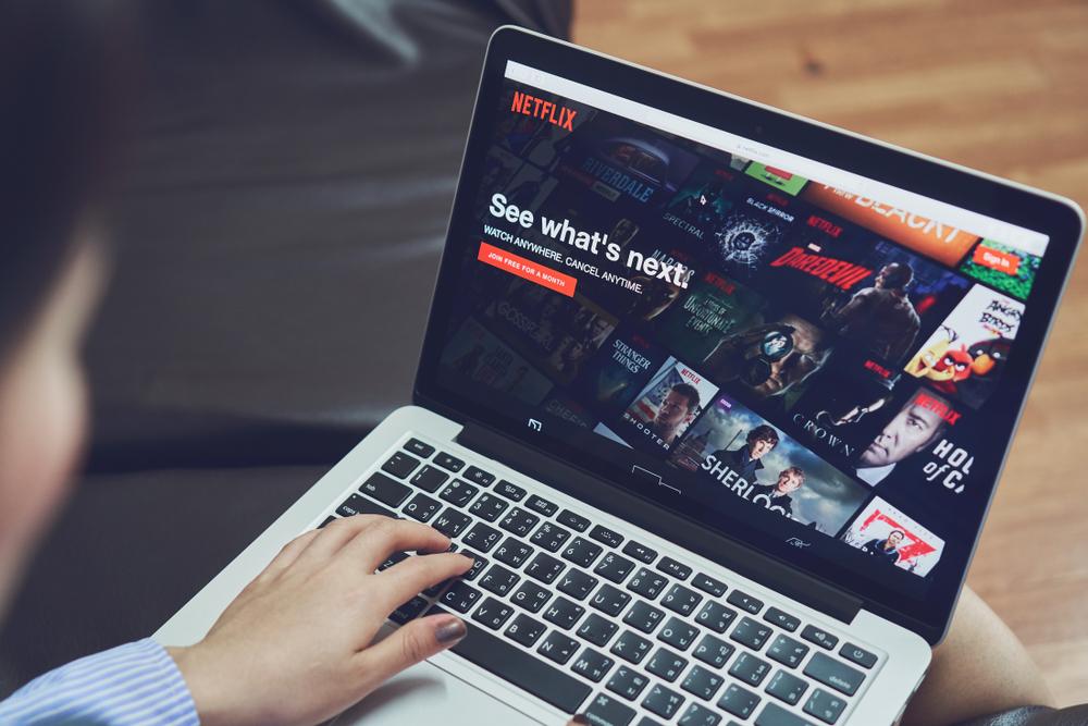 Netflix va descărca automat filme şi seriale pe dispozitivele mobile