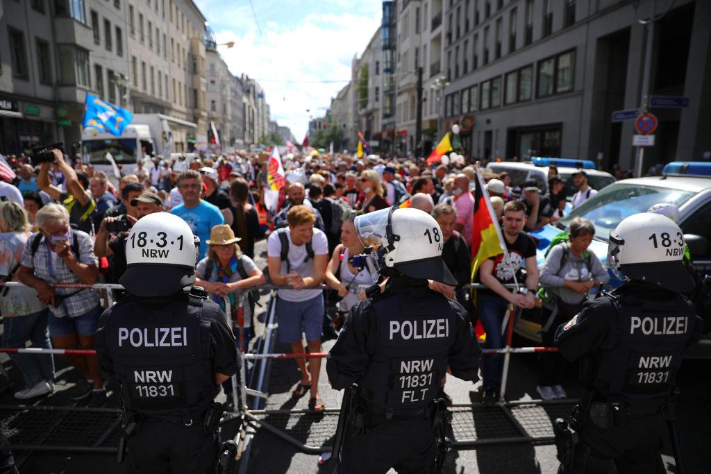 """Manifestație """"anticorona"""" de la Berlin, dispersată de poliție pentru că cei 18.000 de participanți nu păstrau distanța"""