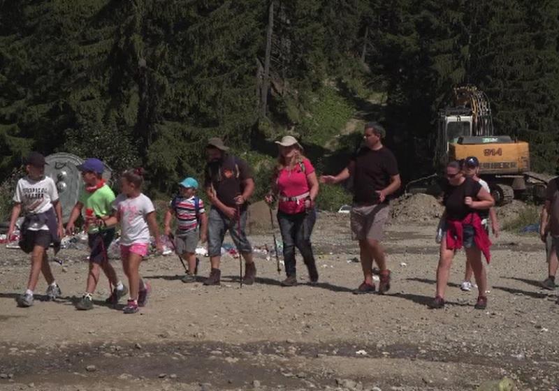 Românii au stat ore în șir la coadă pentru răcoarea de la munte:
