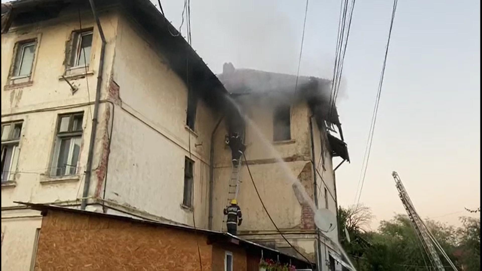 Incendiu în orașul Moreni. Un bloc întreg a fost evacuat după ce un apartament a luat foc