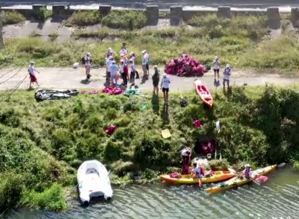 Valea Oltului, curățată de gunoaie de zeci de voluntari.