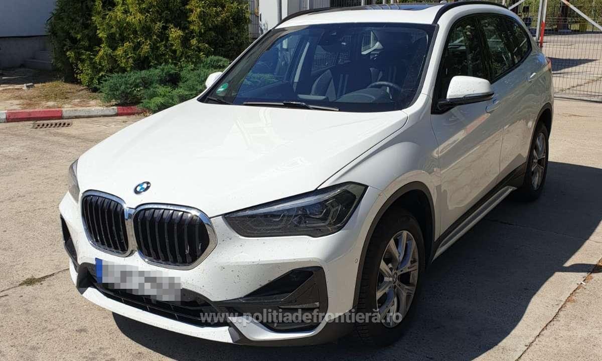 Un român a închiriat un BMW de 43.000 € și nu l-a mai dus înapoi. Șocant ce au găsit polițiștii în rucsacul fiicei lui