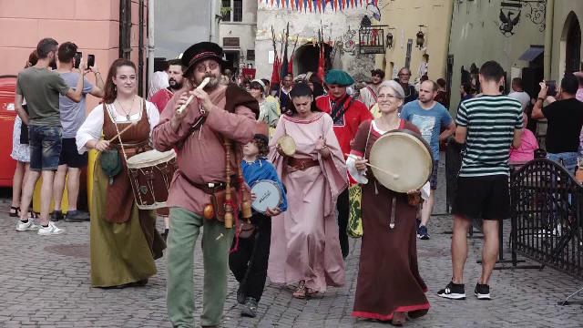 """Peste o sută de artiști participă la Festivalul Medieval de la Sighișoara. """"Îmi place totul, totul e frumos"""""""
