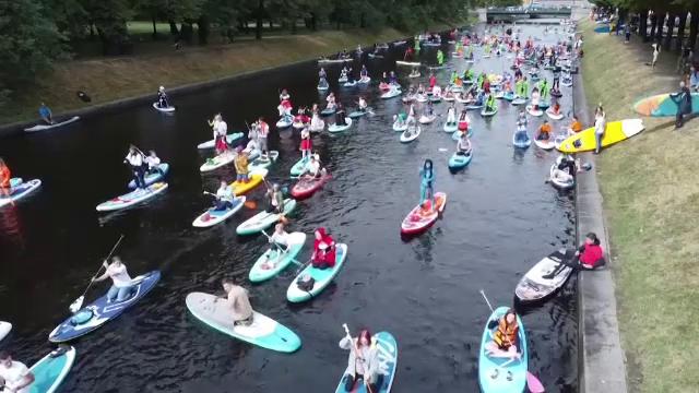 """Petrecere colorată în Sankt Petersburg. Ce este """"festivalul de stand-up paddle"""""""