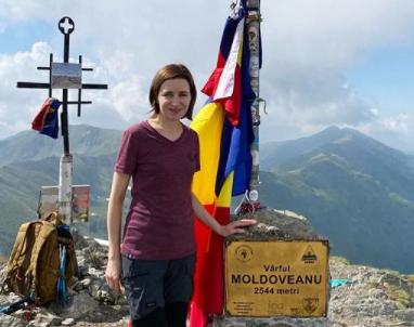 """Președintele R. Moldova, Maia Sandu, a urcat pe Vârful Moldoveanu: """"Îmi place mișcarea în aer liber, mai ales la munte"""""""