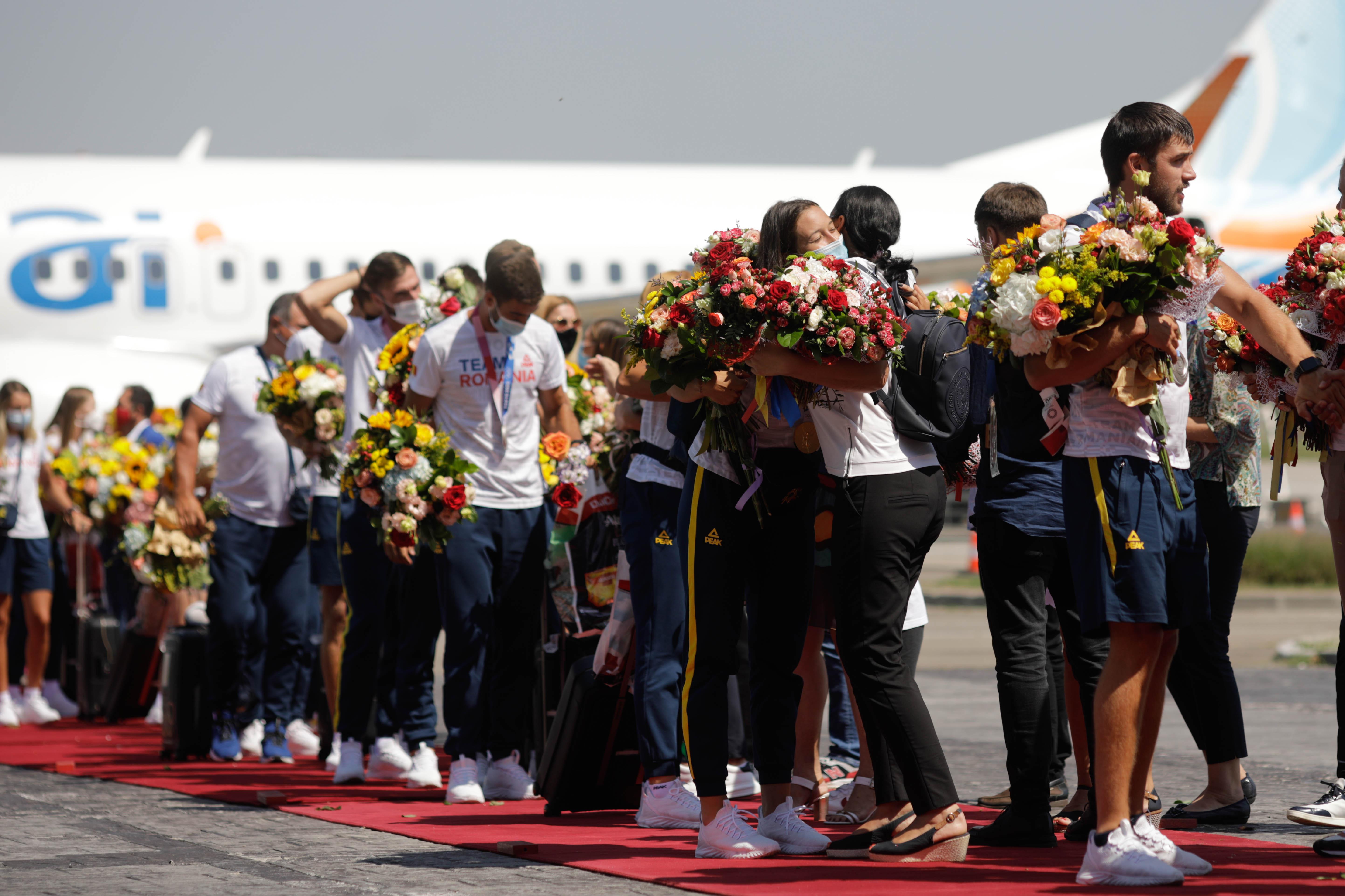 VIDEO. Lotul de canotaj, care a adus României o medalie de aur şi două de argint la JO, a revenit în ţară