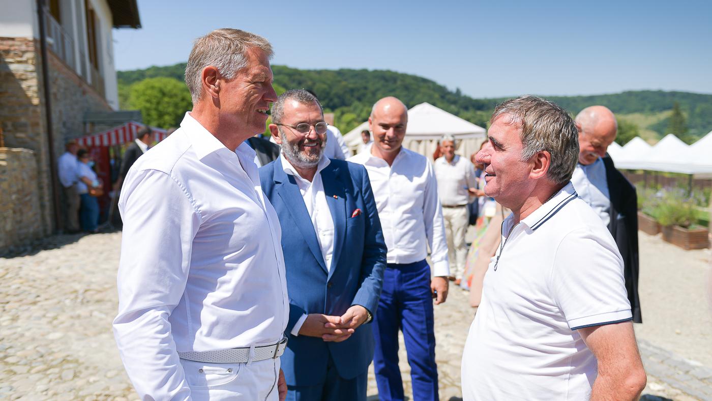 """Klaus Iohannis s-a întâlnit cu Gheorghe Hagi la Festivalul """"Săptămâna Haferland"""" din Brașov GALERIE FOTO"""