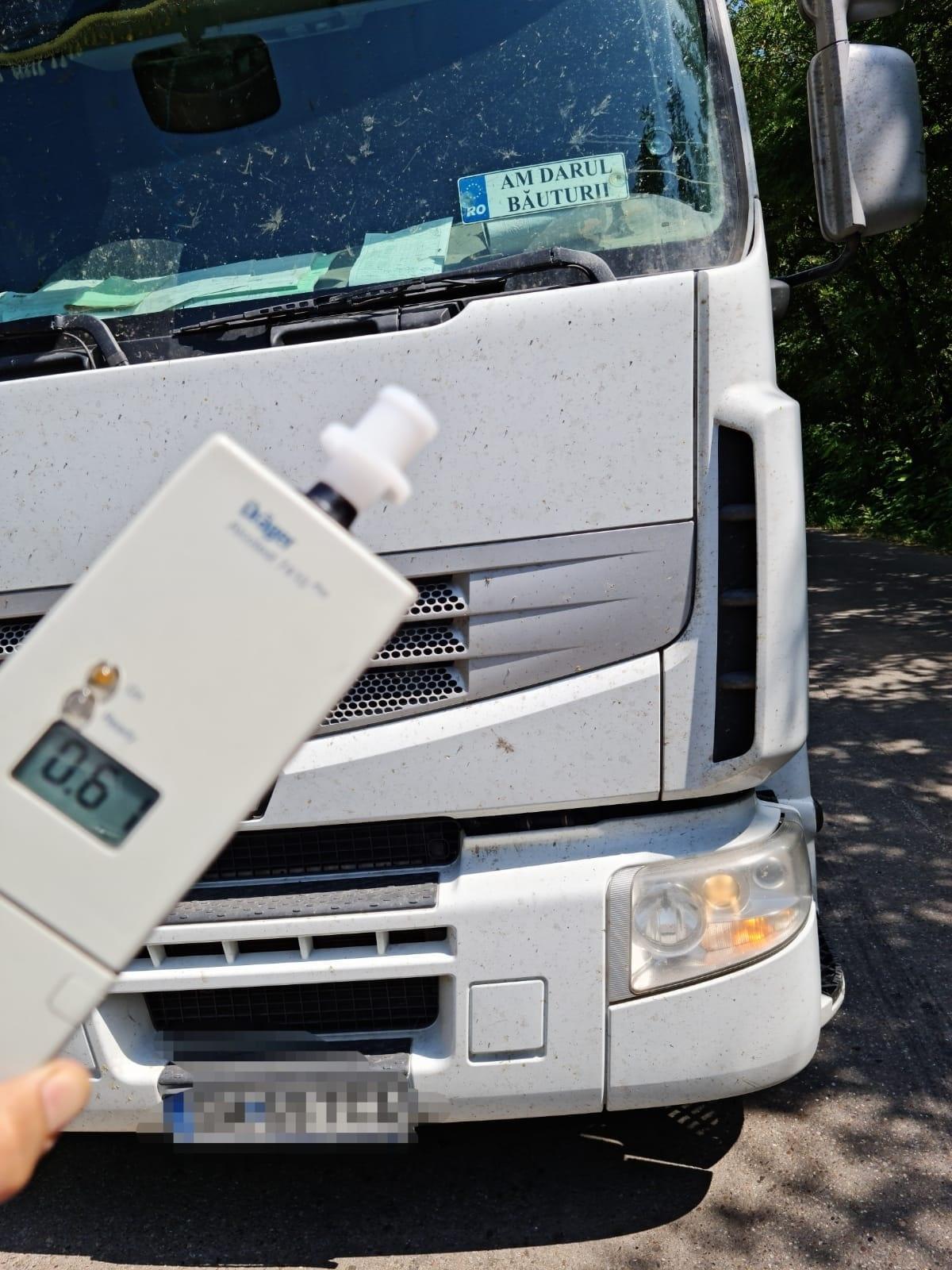 """Polițiștii din Timiș au tras pe dreapta un șofer de TIR cu o plăcuță """"Am darul băuturii"""" în parbriz. Avea dreptate"""