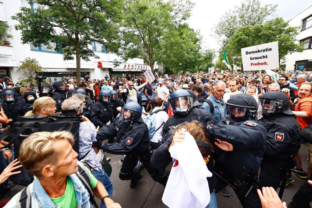 """Confruntări cu poliția la Berlin, la manifestațiile împotriva restricțiilor. Protestatarii au """"hărţuit şi atacat"""