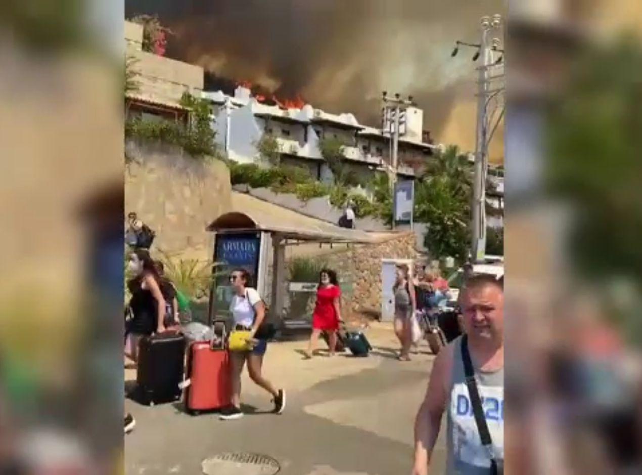 Incendiile din Turcia au ajuns pe plaje, la hotelurile de lux. Turiștii au fost evacuați cu bărcile localnicilor