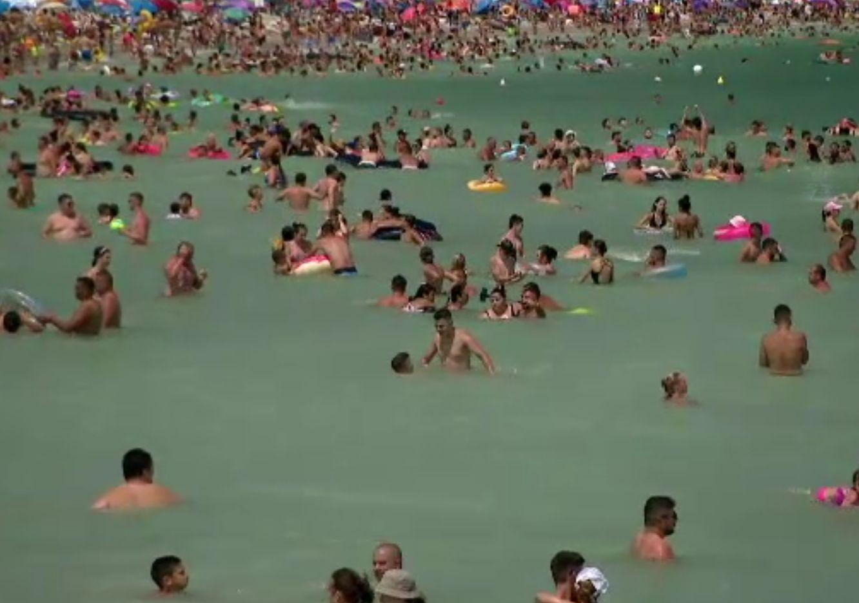 Mare de oameni pe litoral. Plajele sunt pline și sunt cozi la mâncare și în trafic