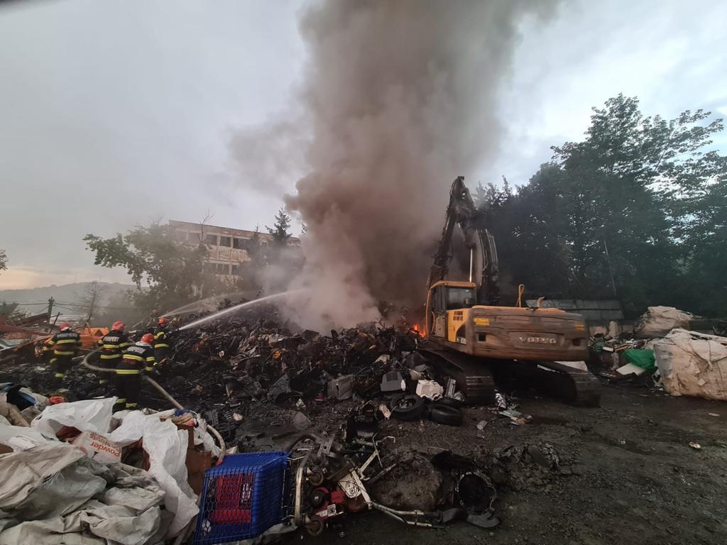 Incendiu cu mari degajări de fum la un depozit de fier vechi din Zalău. A fost emis un mesaj Ro-Alert