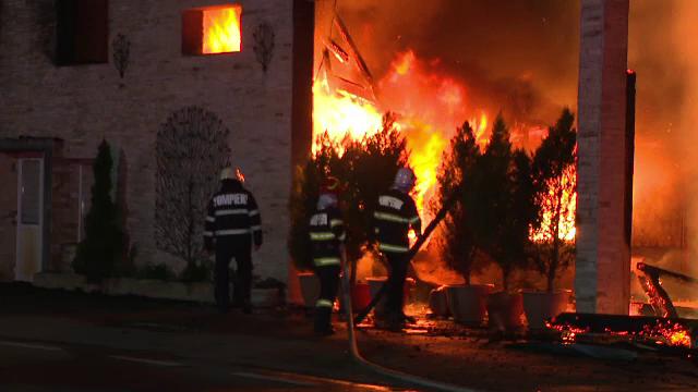 Restaurant din Târgu Jiu, distrus de flăcări înainte de inaugurare. Pompierii se uitau unul la altul, pentru că nu aveau apă