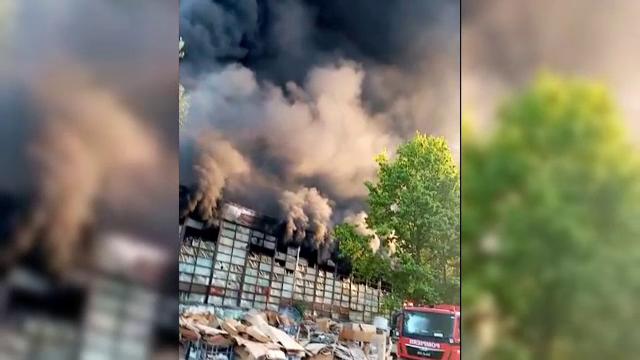 Un incendiu de proporții a cuprins o hală de producție a polistirenului în județul Dâmbovița