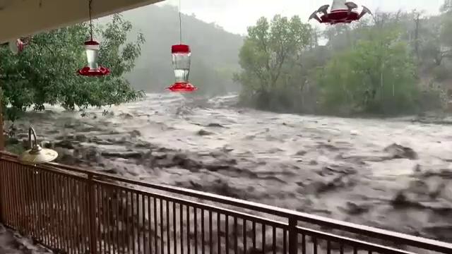 Clipe de coșmar pentru o familie din Arizona. Casa le-a fost înconjurată de ape, după o furtună
