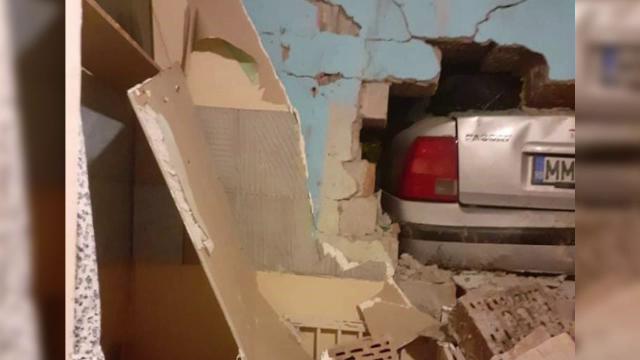 O familie din Baia Mare s-a trezit cu o mașină în casă. Era condusă de un tânăr fără permis