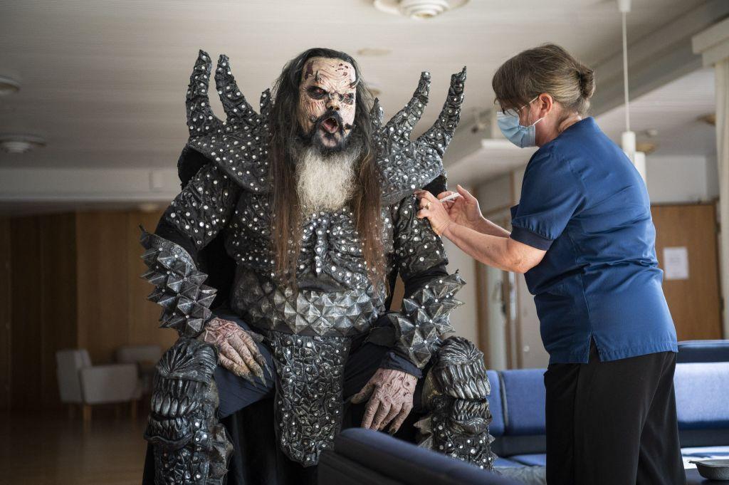 Solistul trupei Lordi a fost vaccinat în timp ce purta un costum de monstru