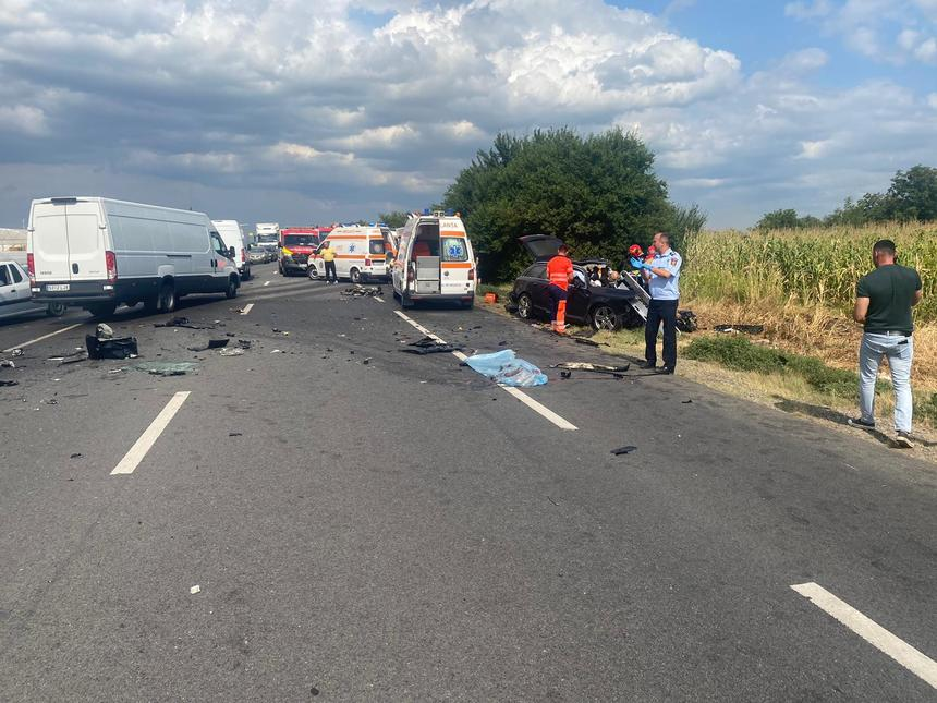 O mașină s-a ciocnit violent cu un TIR, în Ialomița. Un bărbat și o femeie au murit, un copil de 10 ani e grav rănit