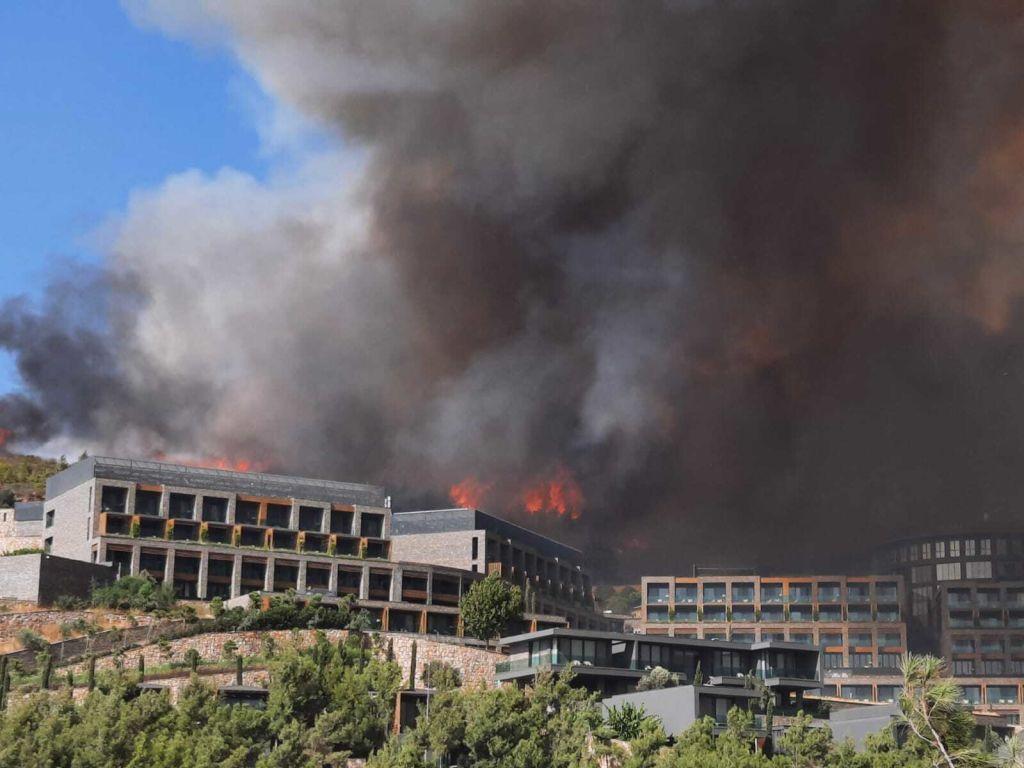 Turiştii români cazaţi într-un hotel din Bodrum, evacuaţi după ce vegetaţia a luat foc