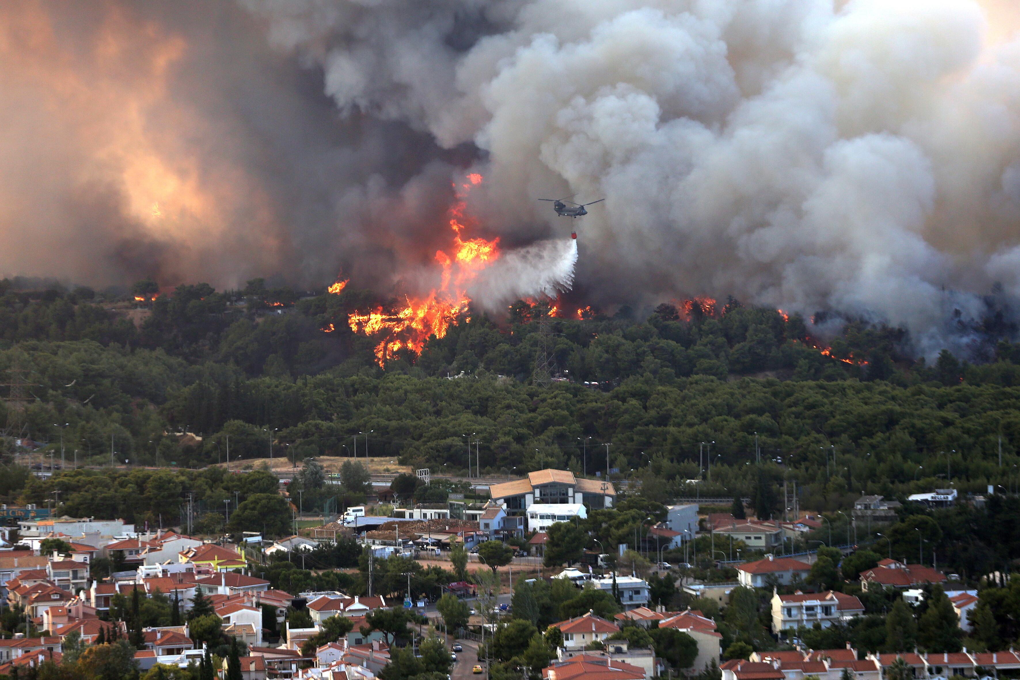 Teroare în Atena. Mai multe case au ars, două suburbii au fost evacuate. Valul de căldură a atins cote maxime