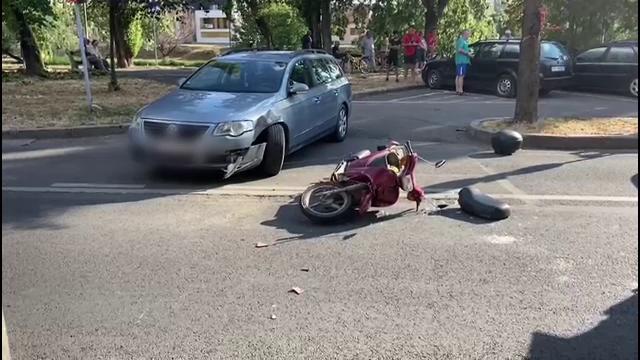 Accident în Oradea. Un bătrân s-a izbit cu mopedul de o mașină