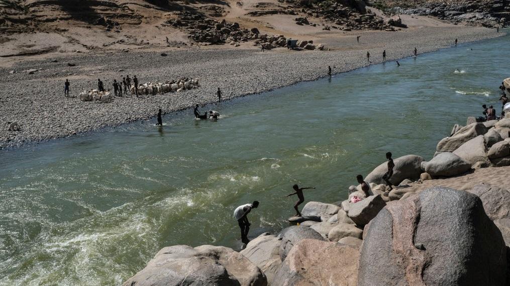 Zeci de cadavre au fost descoperite într-un râu care desparte Sudan de Etiopia