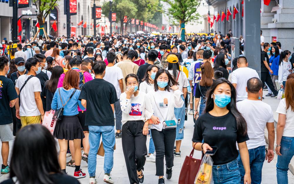 Chinezii au voie să aibă și cel de-al treilea copil, dar e o decizie luată cam târziu