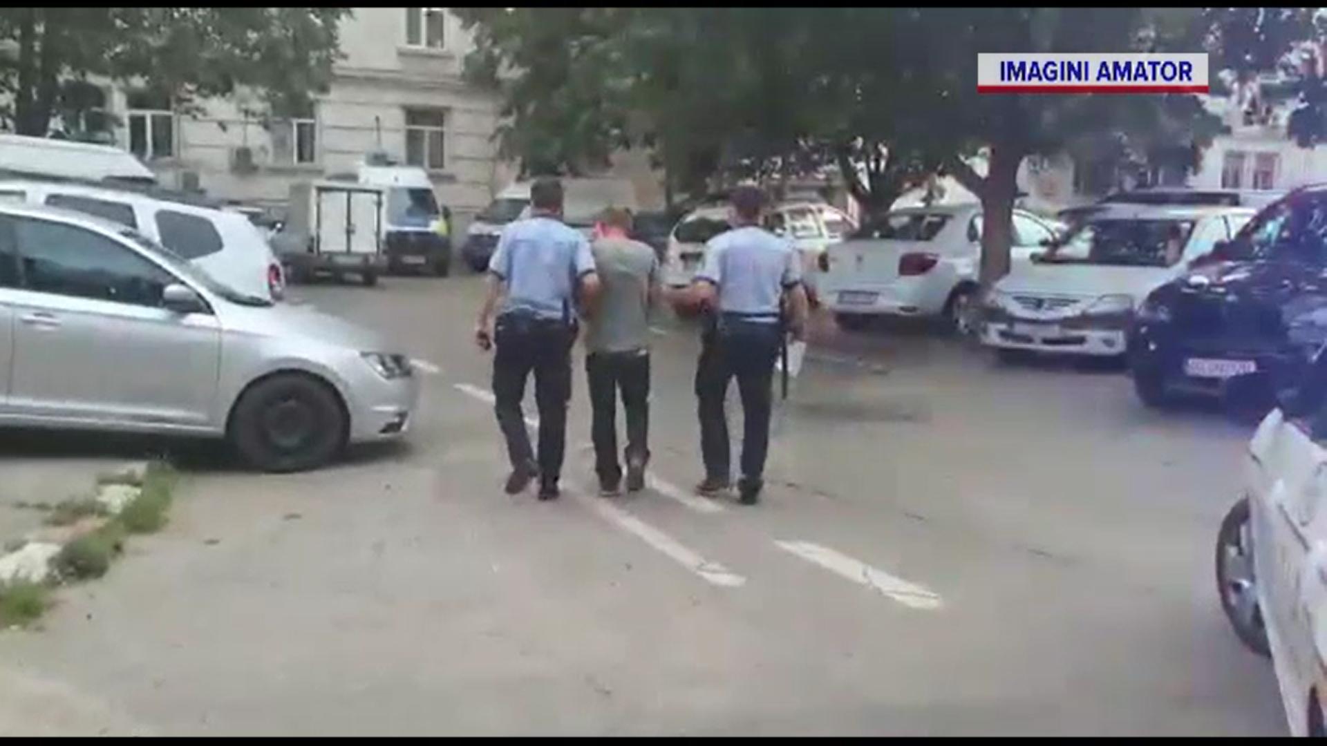 Un individ din Calafat a scos pistolul într-un bar şi i-a ameninţat pe clienţi