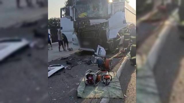 Accident grav de circulație în județul Dâmbovița. Un camion s-a izbit violent de un alt autotren