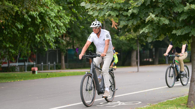 Președintele Iohannis, din nou pe bicicletă. A venit pe două roți, joi dimineață, la Palatul Cotroceni