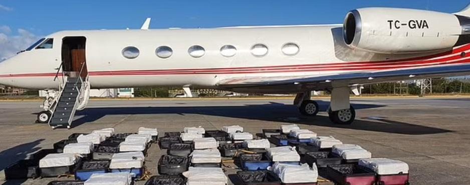 1,3 tone de cocaină, descoperite la bordul unui avion chiar înainte de a decola. VIDEO