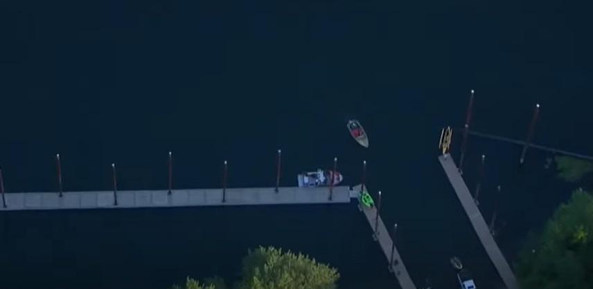 O femeie care mergea cu caiacul pe un râu a fost lovită de un avion