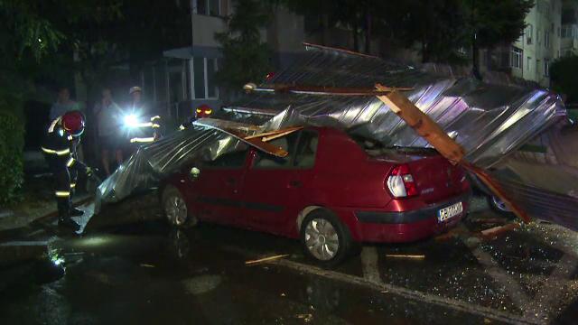 Furtunile au făcut prăpăd în țară. Șoselele au fost blocate şi copacii s-au frânt peste maşini