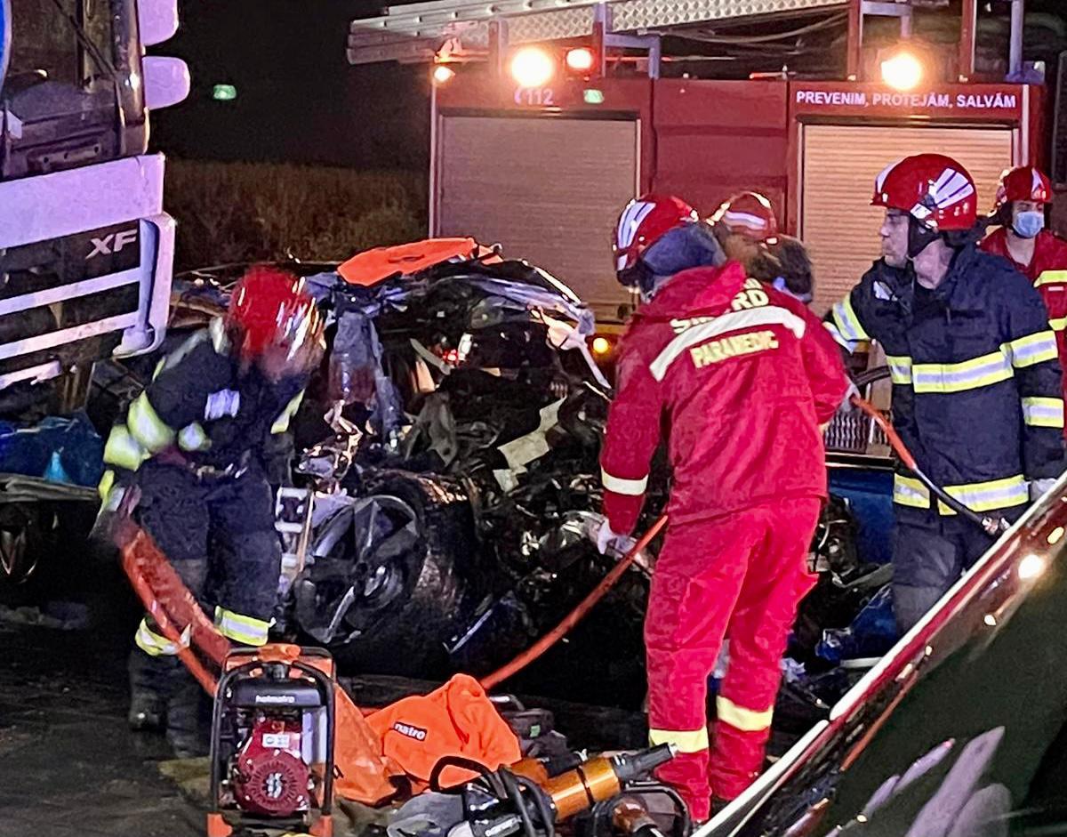 Accident teribil în Focșani, între un TIR și un autoturism. Trei persoane au murit