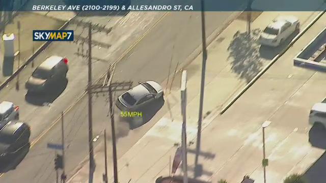 Urmărire ca în filme în SUA. Un șofer cu poliția pe urme a intrat într-o intersecție, a agățat un stâlp și s-a răsturnat