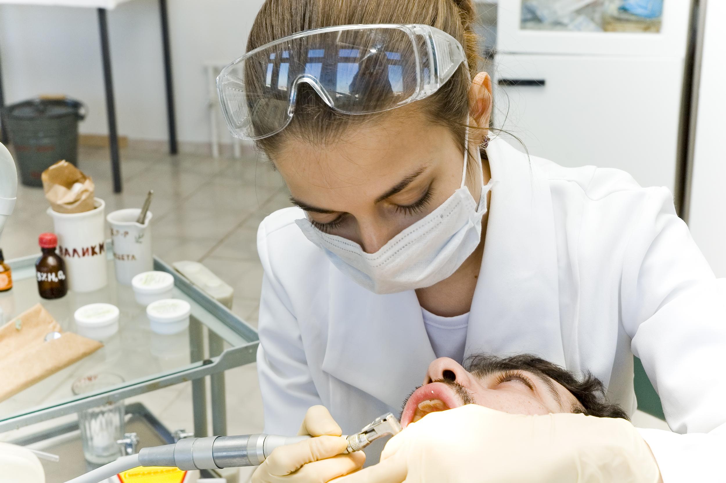 Percheziții în București, în cazul unor diplome falsificate pentru practicarea medicinei dentare. Prețul: 2.000 de euro