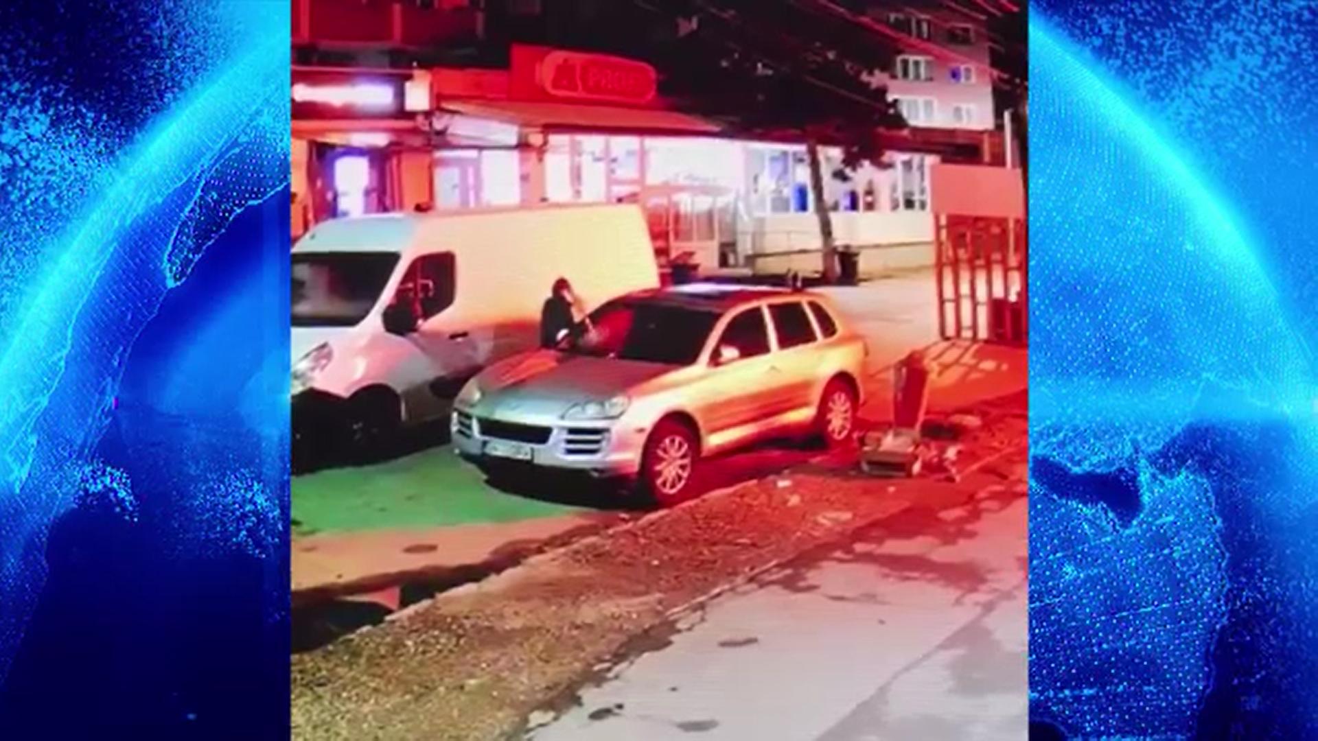 Un individ a fost filmat în timp ce incendia o mașină în centrul oraşului Beclean