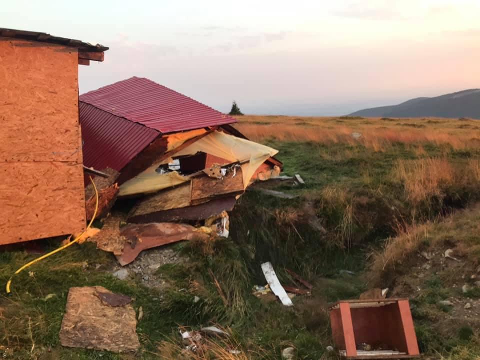 Dezastru pe Transalpina, după furtună: Rulotele și chioșcurile comercianților au fost luate de vânt. GALERIE FOTO și VIDEO