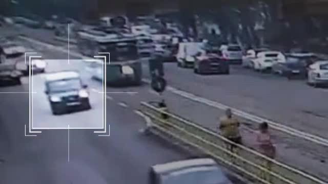 Un șofer care a vrut să întoarcă prin refugiu a intrat într-un tramvai, care a deraiat și a lovit o altă mașină, în Iași