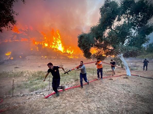 """Furtuni de foc şi explozii în Grecia. Premierul: """"Situaţia este critică, pregătiţi-vă de noi zile grele!"""